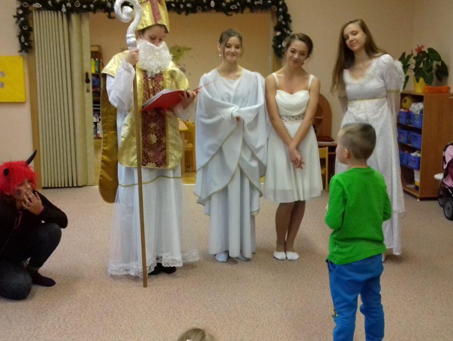 V období adventu přinášeli mladší divadelníci radost dětem